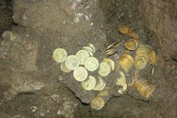 Клад золотых монет в грунте